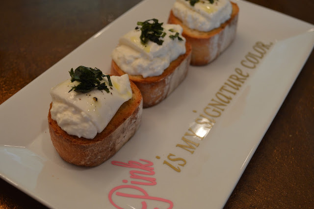 toasted-baguette-burrata-basil