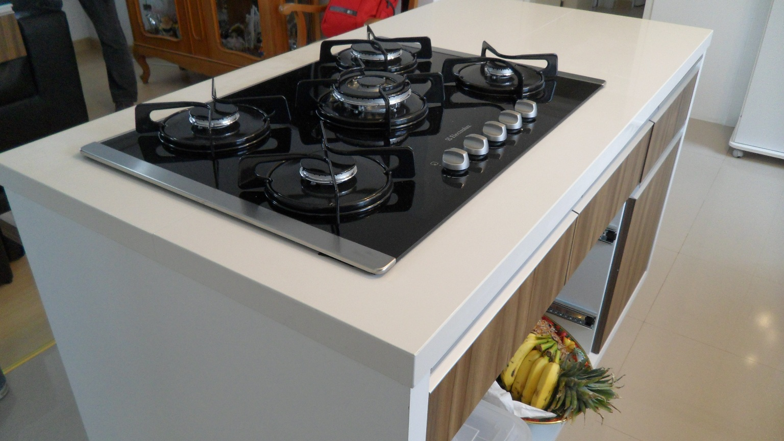 Bancada cozinha com ilha e cooktop. Porcelanato Portinari Diamante  #6B3B28 1536x864