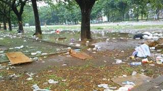 Area Stadion GBK Penuh Sampah Pasca Peringatan HUT PGRI