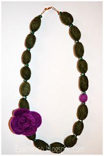 Μακρύ χειροποίητο κολιέ από felt σε πράσινες απόχρωσεις και μωβ λουλούδι