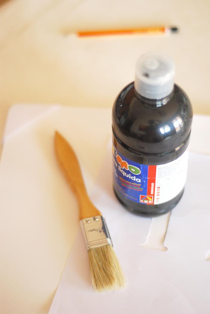 Attaccate i vostri stencil ai vasetti che avete scelto con dello scotch e