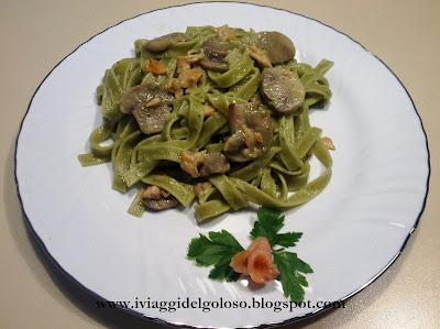 ricette di pasta fresca ... tagliatelle verdi con salmone & funghi ...