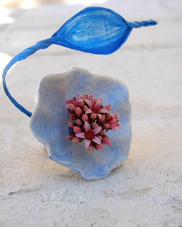 Accessori damigelle: anello con fiore di carta e fiori freschi, color blu elettrico, rosa