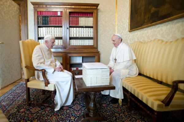 Imagens do encontro entre o Papa Francisco e o Papa Emérito Bento XVI