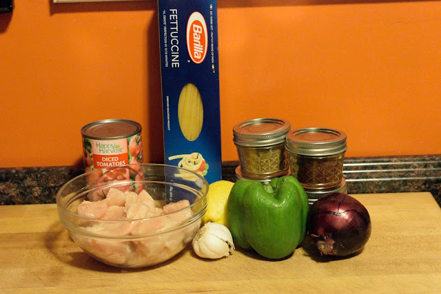 The ingredients needed to make the chicken fajita pasta.