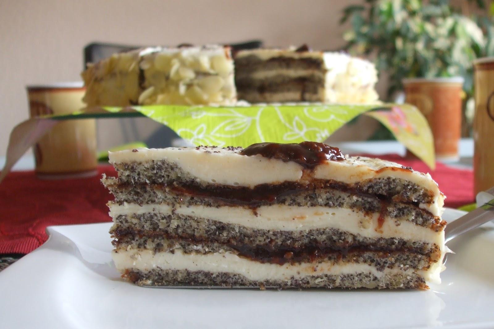 Kuchen mit pudding und pflaumenmus