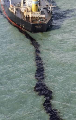 زيوت ووقود السفن وشطلة على المياه
