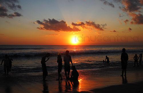 Pantai Kuta Bali Saat Matahari Terbenam