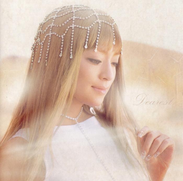 綺麗なガラス細工の髪飾りをかぶって微笑む浜崎あゆみ