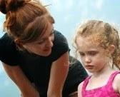 Genitori distratti Genitori distratti 7940593 un momento di tenerezza tra una madre e sua figlia
