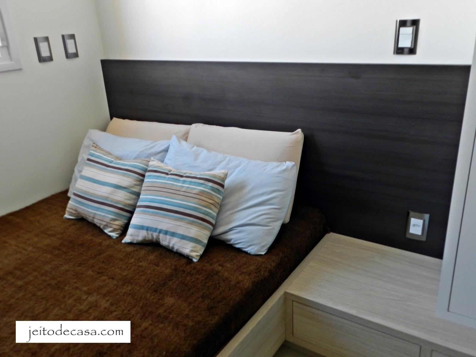 Gosto do jeito que a cama um pouco mais baixa se junta com a mesa de  #574A32 1600 1200
