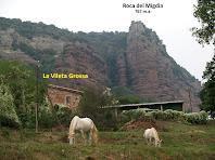 La Vileta Grossa amb la Roca del Migdia al seu darrere