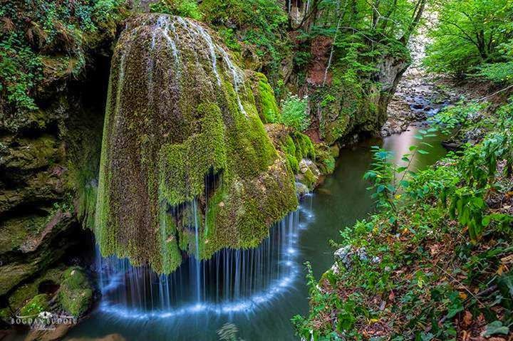 http://pelerinaje-la-manastiri.blogspot.ro/p/manastirea-nera-si-cascada-beusnita.html