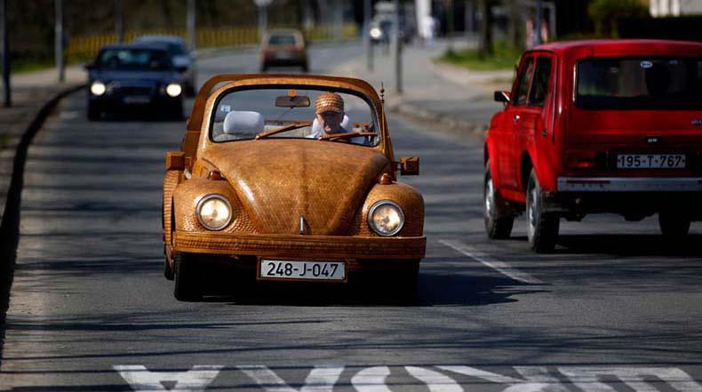 Volkswagen Escarabajo de madera hecho con más de 50.000 piezas de roble