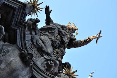 Pomnik sw Jana Nepomucena lysymi aniolkami