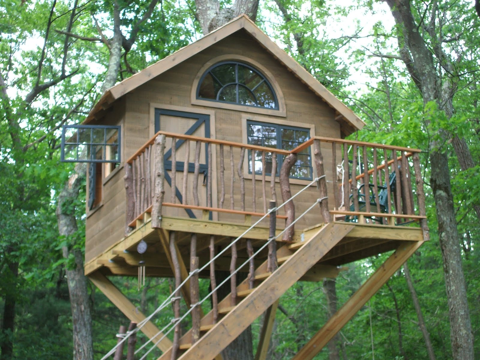 Pictures of tree houses and play houses from around the for Free treehouse plans and designs