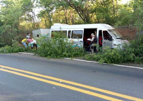Riacho de Santana: Homem tem surto dentro de van e provoca acidente