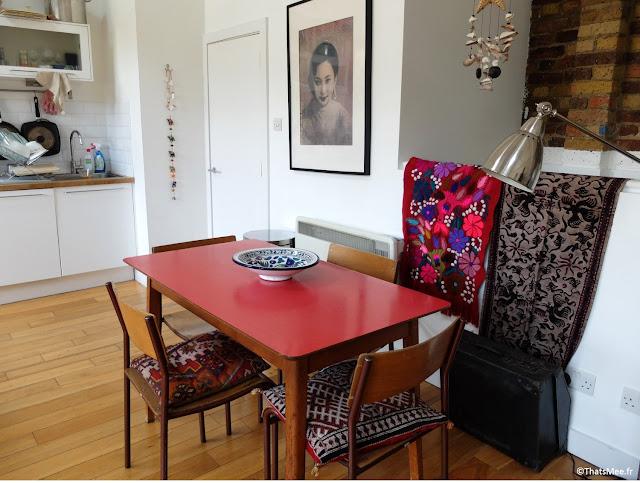 Table salle à manger formica rouge chinée chez un Antiquaire à Londres, Coussins de Marrakech, Tapis & Tenture Mexique et Bali