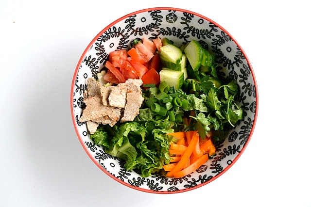This Fattoush Salad recipe is a must try! An easy Middle Eastern chopped salad with loads of vegetables, a homemade lemon vinaigrette and toasted flatbread pieces. www.nutritionistreviews.com