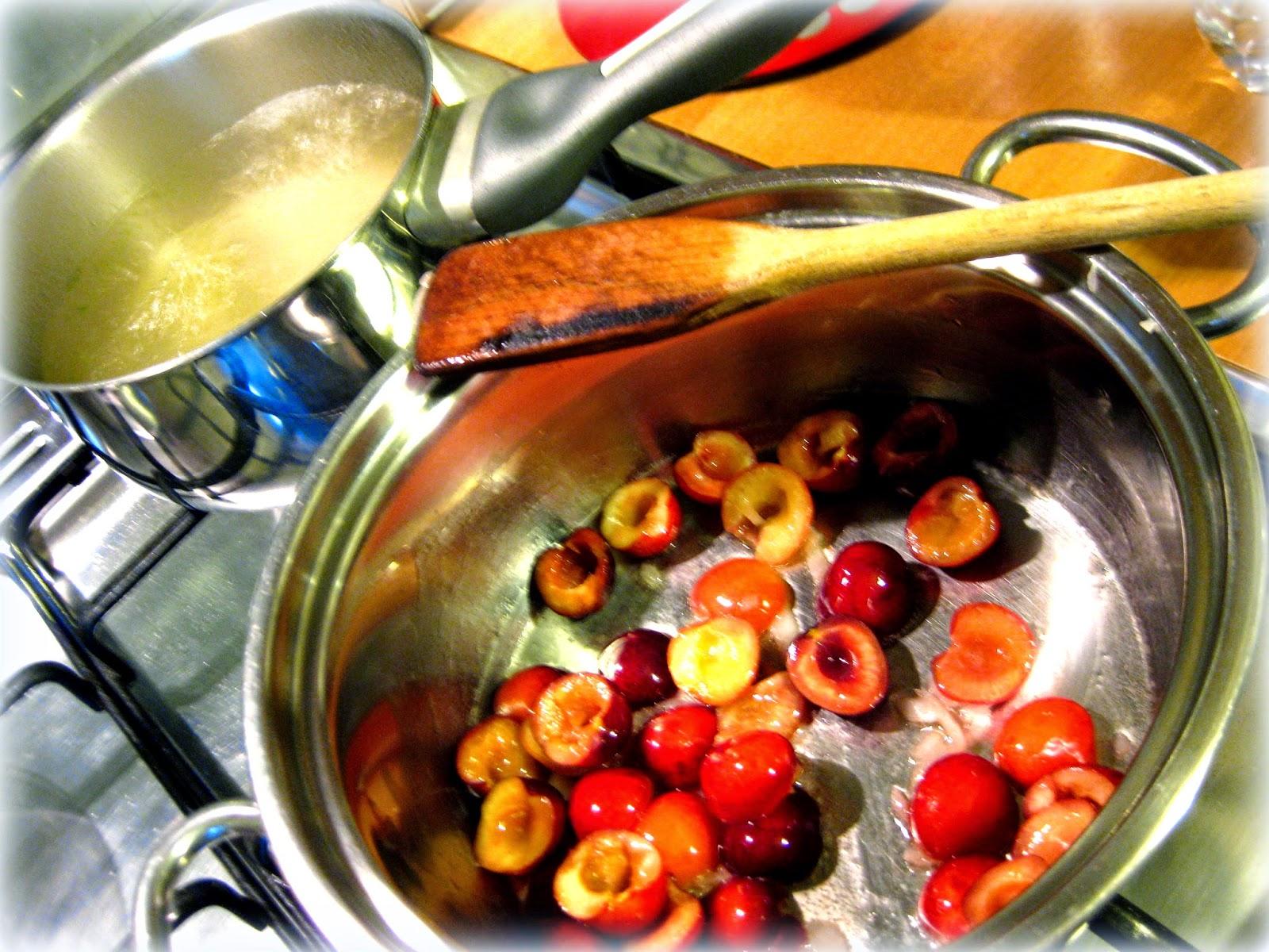 La ricetta del risotto alle ciliege è un po' inedita, ma perfetta per utilizzare le ciliege anche in una preparazione salata.