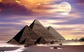 Textos escritos en las pirámides y objetos egipcios.