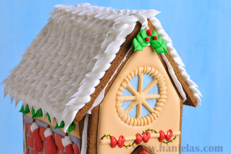 Christmas Cake Royal Icing Decorating Ideas : Haniela s: Royal Icing Holly Leaves, Accent Decorations