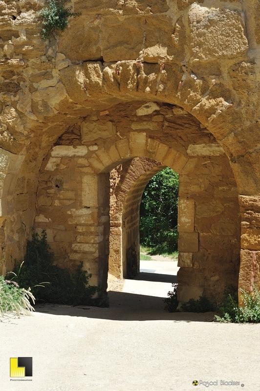 passage vers le village de Suze la Rousse au château photo blachier pascal