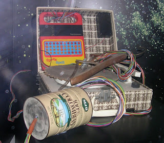 Imagen con una especie de juguete realizado con latas, muchos cables y otros elementos para que ET pudiera comunicarse con su Casa