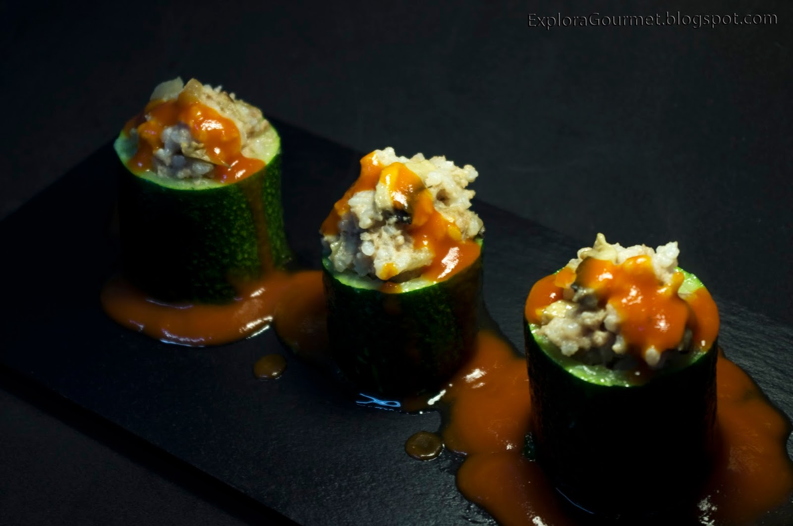 Calabacín relleno de carne y arroz con champiñones y salsa se tomate