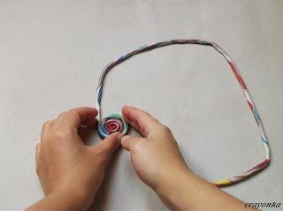 Prace nad muszą ślimaka - skręcanie wałka plasteliny w spiralę