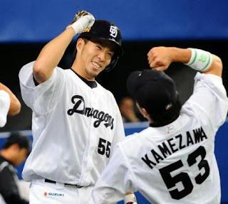 <中・巨>2回無死、福田(左)は左越え2号ソロを放ち、亀沢と笑顔でエルボータッチ