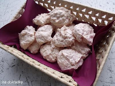 różowe bezy kokosowe