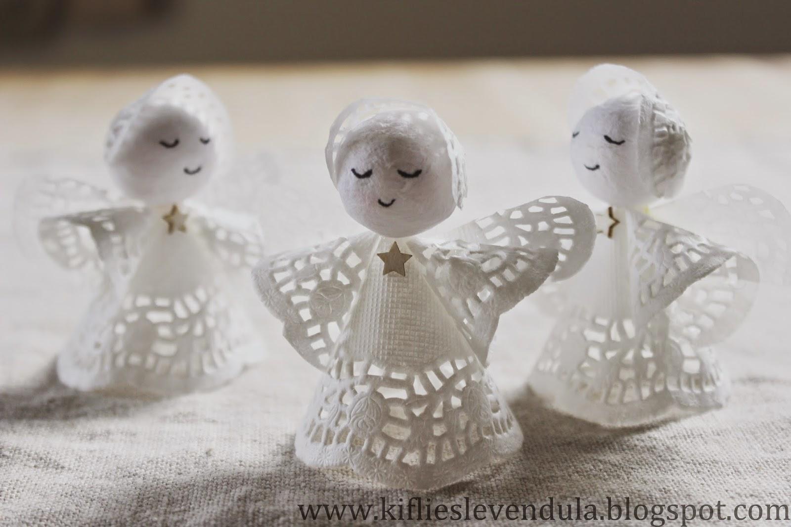 Tres angelitos blancos creados con 3 platos de papel y 3 bolitas de papel prensado