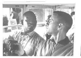 Bubba y Forrest se saludan en el omnibus en blanco y negro
