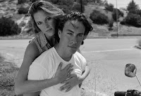 Foto do casal Brandon Lee e Eliza Hutton