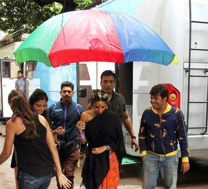 malaika arora khan on sets of dolly ki doli vanity van in saree new look leaked hot pics