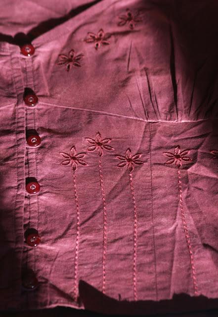 bluza in stil indian, de culoare visinie, cu flori brodate, cambrata pe talie