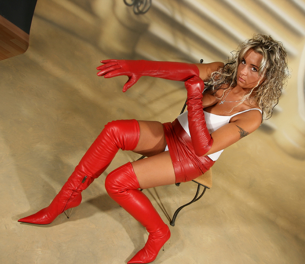http://1.bp.blogspot.com/-NfiXYHiZ9uk/T2qWlcKPToI/AAAAAAAADlQ/L7abMnjhtBM/s1600/Pysiapysialska_red_leather_gloves_red_leather_boots.jpg