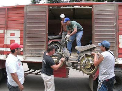 policías cargan motos