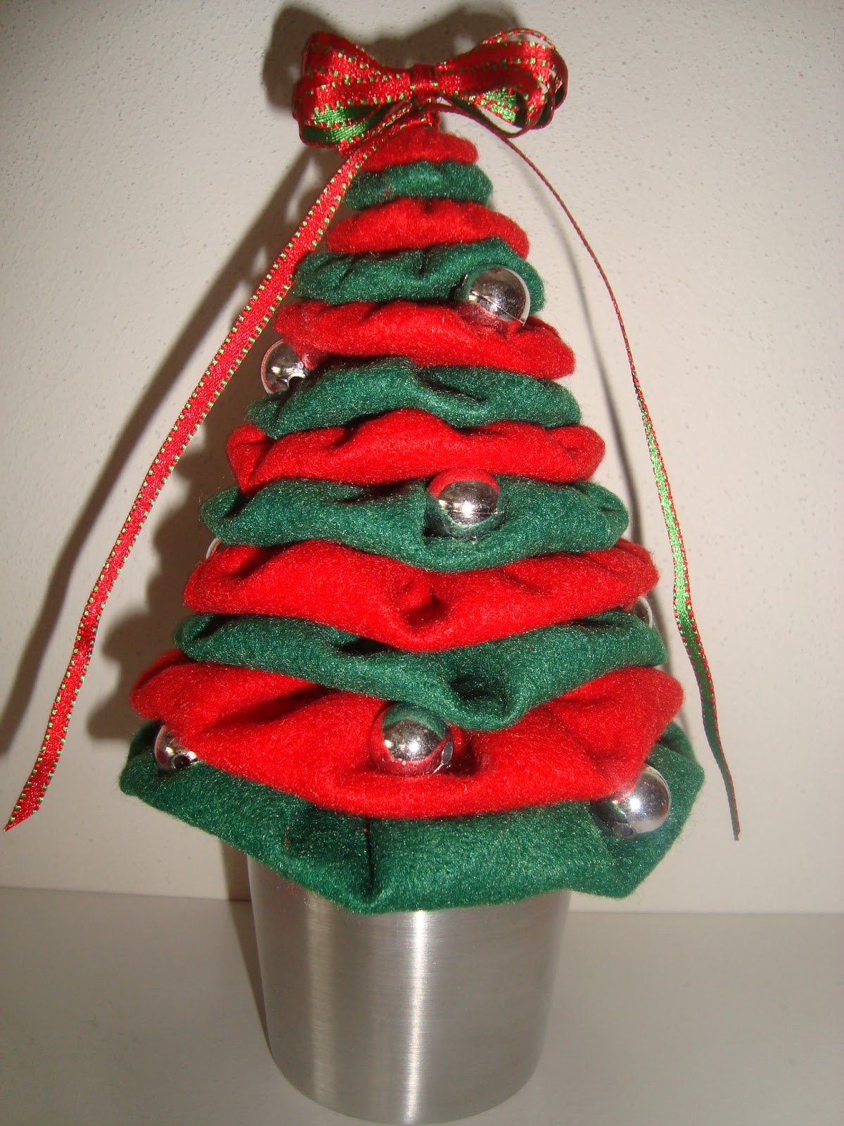 Arte Customizada by Priscila Kato: Árvore de Natal de fuxico #B81317 1200x1600
