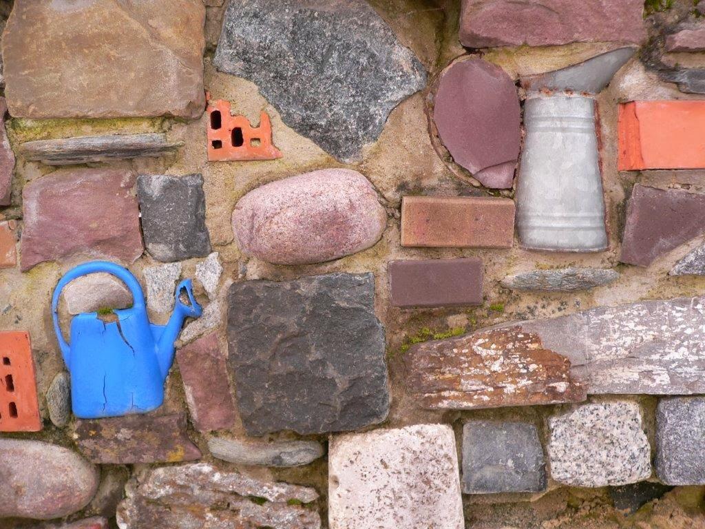Gießkanne Steinmauer Wand Rehaklinik
