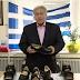 Πουλάει (τηλε)παπούτσια με φόντο την Ελληνική σημαία ο Παναγιώτης Ψωμιάδης
