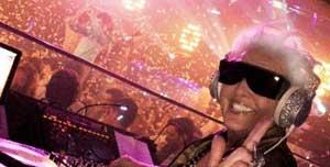 Gila..Nenek Pensiunan Umur hampir 70 Tahun jadi DJ (Disc Jockey)