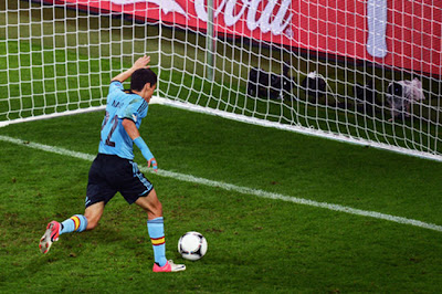 A atual campeã do torneio, Espanha, vence a Croácia, lidera o grupo C e se classifica em primeiro lugar.