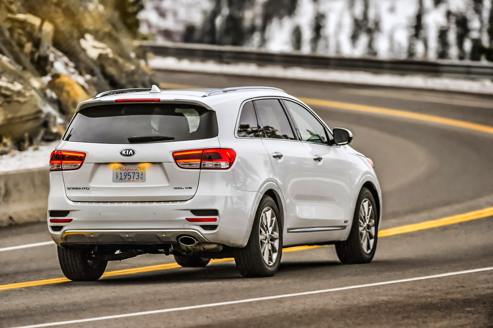 Rear 3/4 view of 2016 Kia Sorento Limited V6 AWD