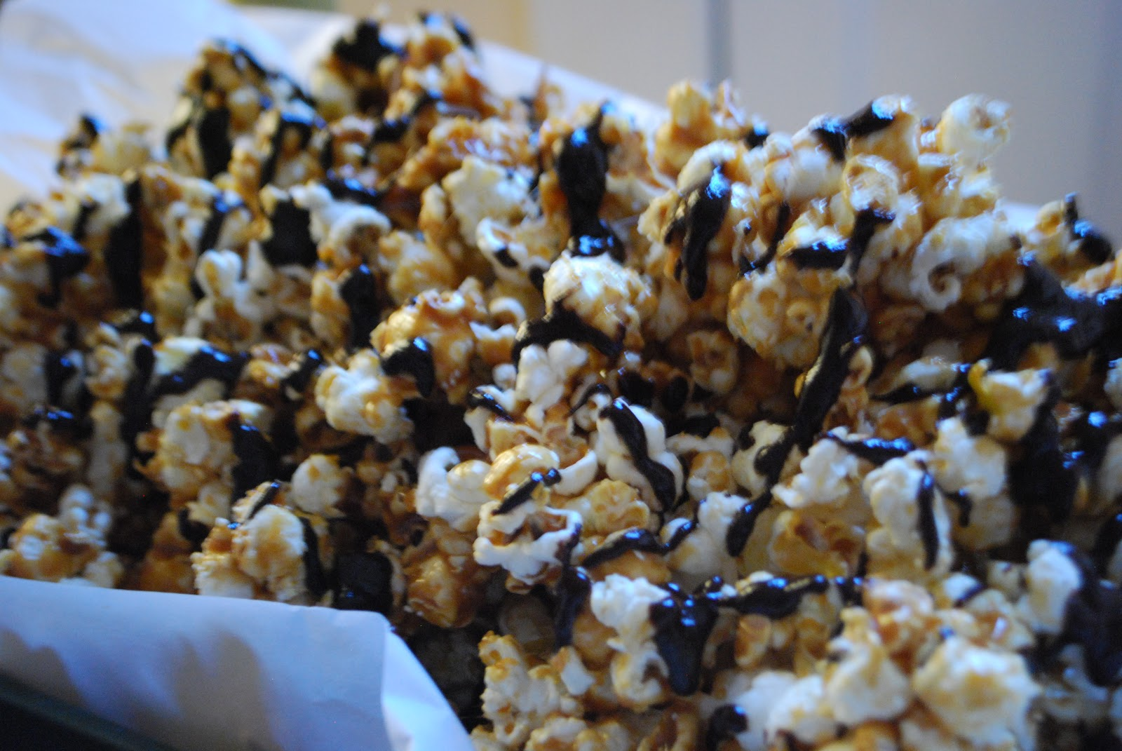 Simply Mangerchine: Dark Chocolate Drizzled Salted Caramel Popcorn