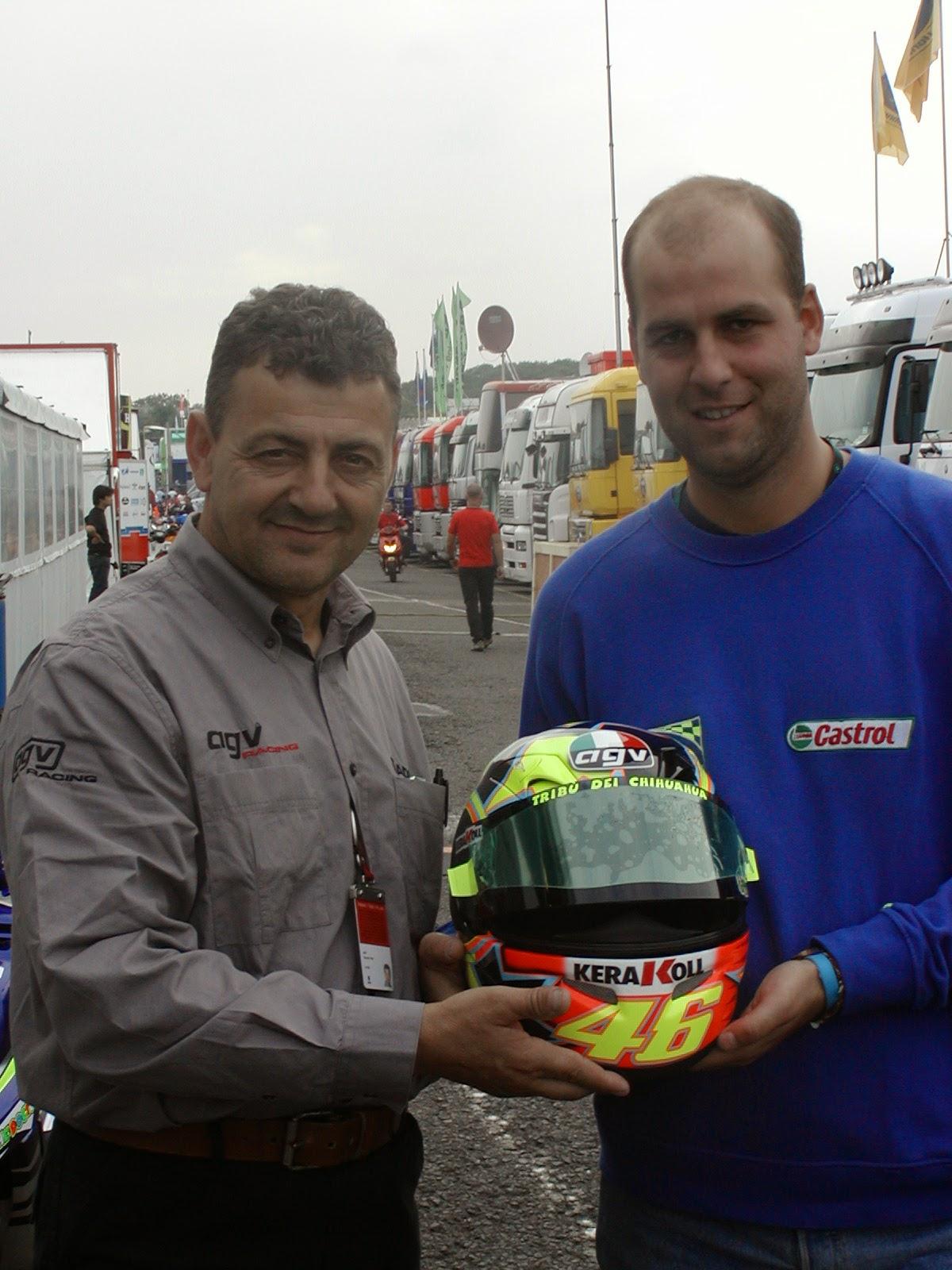 Mauricio Vitalia con el casco de Valentino Rossi