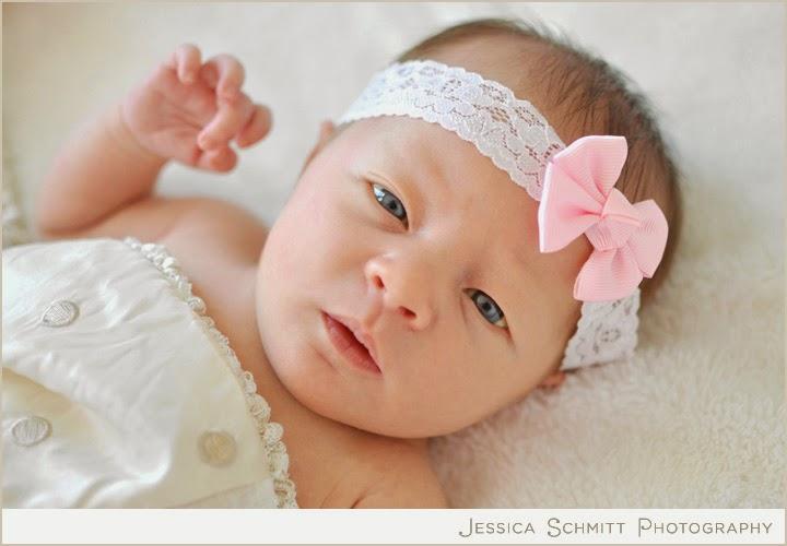 Nouveau né fille avec yeux bleus