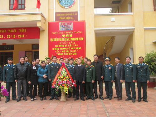 Các đồng chí lãnh đạo huyện thăm và chúc mừng các đơn vị Quân đội