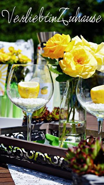 Sommerlich dekorierter Tisch auf Terasse in gelb